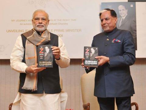 प्रधानमंत्री मोदी ज़ी नेटवर्क के मालिक सुभाष चंद्रा की किताब का विमोचन करते