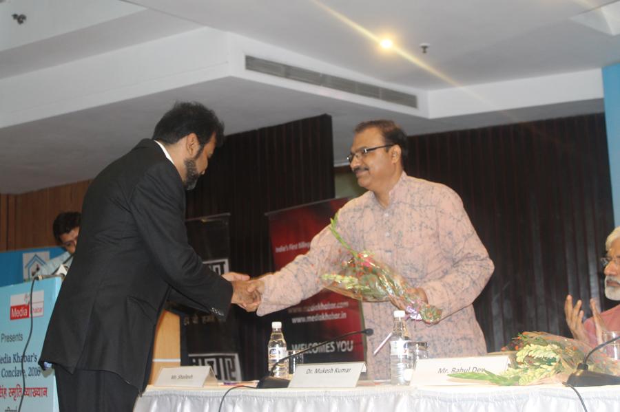 मीडिया खबर कॉन्क्लेव में मीडिया खबर की तरफ से डॉ.मुकेश कुमार का स्वागत करते हुए ओम प्रकाश