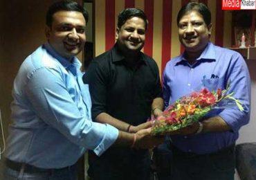 अनूप श्रीवास्तव (दाहिने) का स्वागत करते हिंदी खबर के चैनल हेड अतुल अग्रवाल (बाएं)