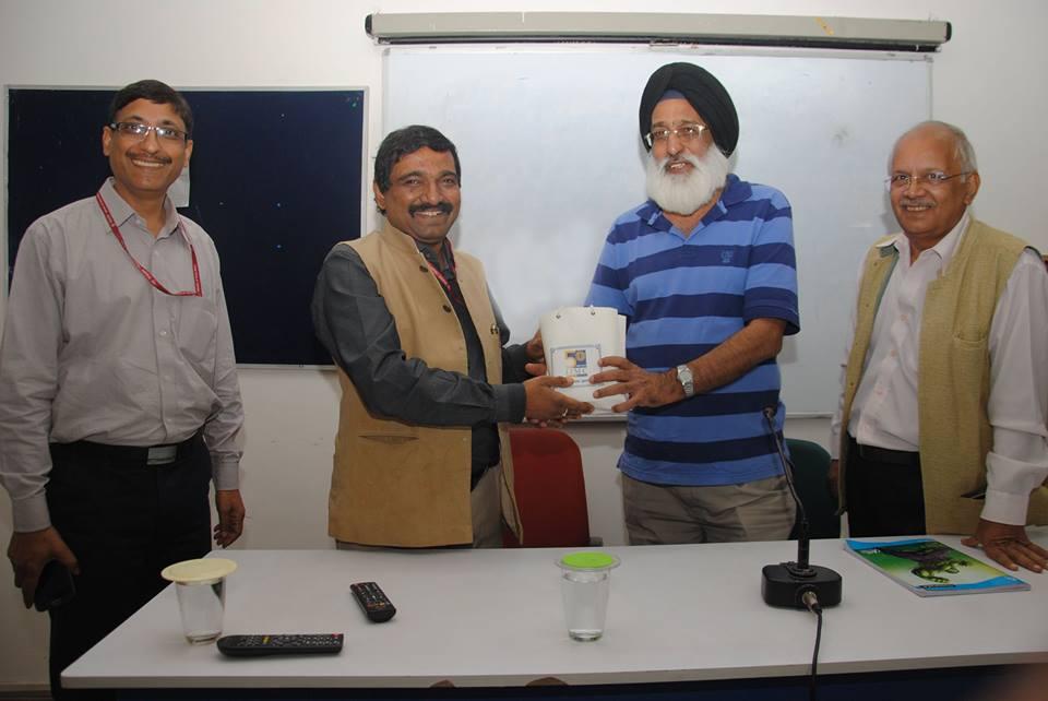 खेल पत्रकार हरपाल सिंह बेदी को सम्मान देते हुए संस्थान के महानिदेशक के जी सुरेश - तस्वीर