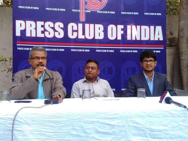 पीएम मोदी के लाइव को लेकर पत्रकार सत्येन्द्र मुरली की प्रेस कॉंफ्रेंस (सबसे दाहिने दिलीप मंडल और सबसे बाएं सत्येन्द्र मुरली)