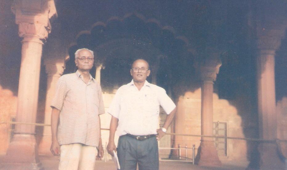 हरिशंकर श्रीवास्तव 'शलभ' के साथ रमेश नीलकमल..
