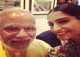 प्रधानमंत्री नरेंद्र मोदी के साथ अभिनेत्री सोनम कपूर की सेल्फी