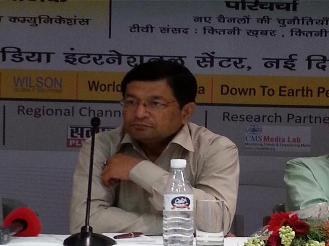 वरिष्ठ पत्रकार अजय एन झा मीडिया खबर के मीडिया कॉनक्लेव में परिचर्चा में भाग लेते