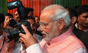 पत्रकारों को दी गयी चाय पार्टी में जब फोटोग्राफर बन गए प्रधानमंत्री नरेंद्र मोदी