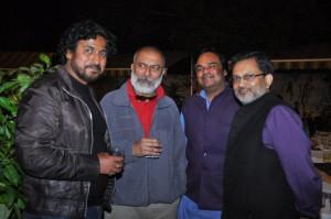 विनोद कापड़ी (सबसे बाएं) और अजीत अंजुम (सबसे दायें)