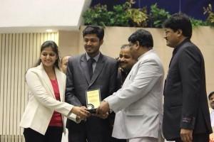 गौरव गर्ग एवं गरिमा गर्ग को 'यंग एंटरप्रन्योर अवार्ड' से सम्मानित करते हुए केन्द्रीय आदिवासी मंत्री श्री जुअल ओराम साथ में हैं उदय इंडिया के संपादक श्री दीपक रथ।