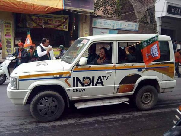 इंडिया टीवी की गाड़ी से भाजपा का प्रचार