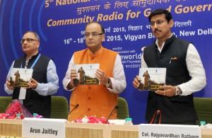 वित्त, कम्पनी मामले और सूचना और प्रसारण मंत्री  अरुण जेटली 16 मार्च, 2015 को नई दिल्ली में 5वें राष्ट्रीय सामुदायिक रेडियो सम्मेलन में पुस्तक का विमोचन करते हुए। इस अवसर पर सूचना और प्रसारण राज्य मंत्री कर्नल राज्यवर्धन राठौर और मंत्रालय में सचिव  बिमल जुल्का भी मौजूद हैं।
