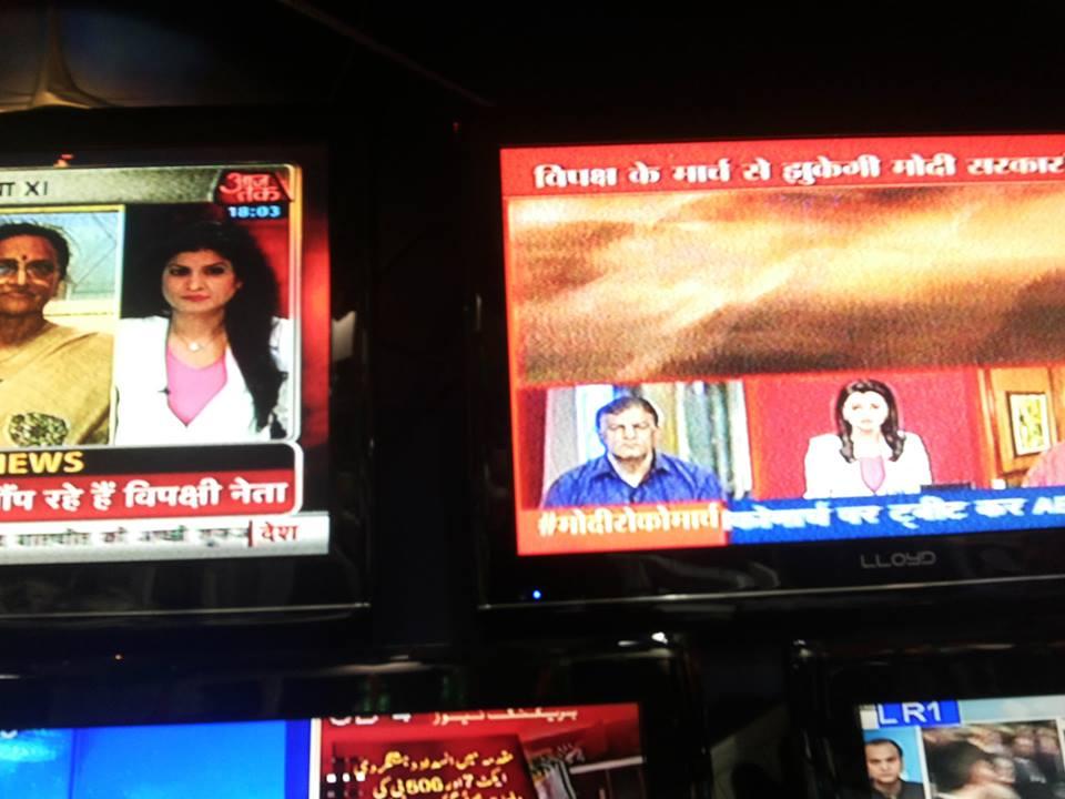 आजतक पर अंजना कश्यप और एबीपी न्यूज़ पर नेहा पंत - दोनों एक ड्रेस अप में
