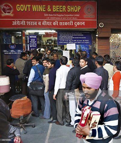 आम लोग दिल्ली विधानसभा चुनाव से पहले शराब के लिए लम्बी लाइन में लगे