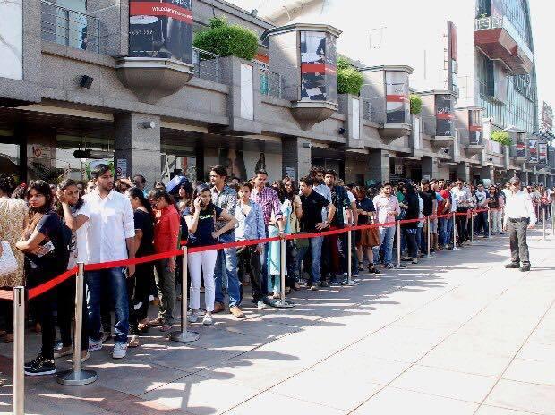 दिल्ली के लोग H&M Store के बाहर लाइन में खड़े हैं ताकि उन्हें पहले दिन का अतिरिक्त डिस्काउंट मिल सके